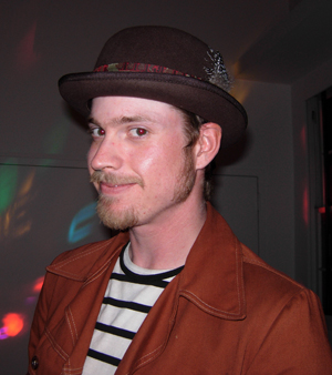 Robbie, the DJ, looked stylish in his brown felt bowler with multi color band and feathers. I loved how he paired it with a vintage style jacket and a striped shirt.